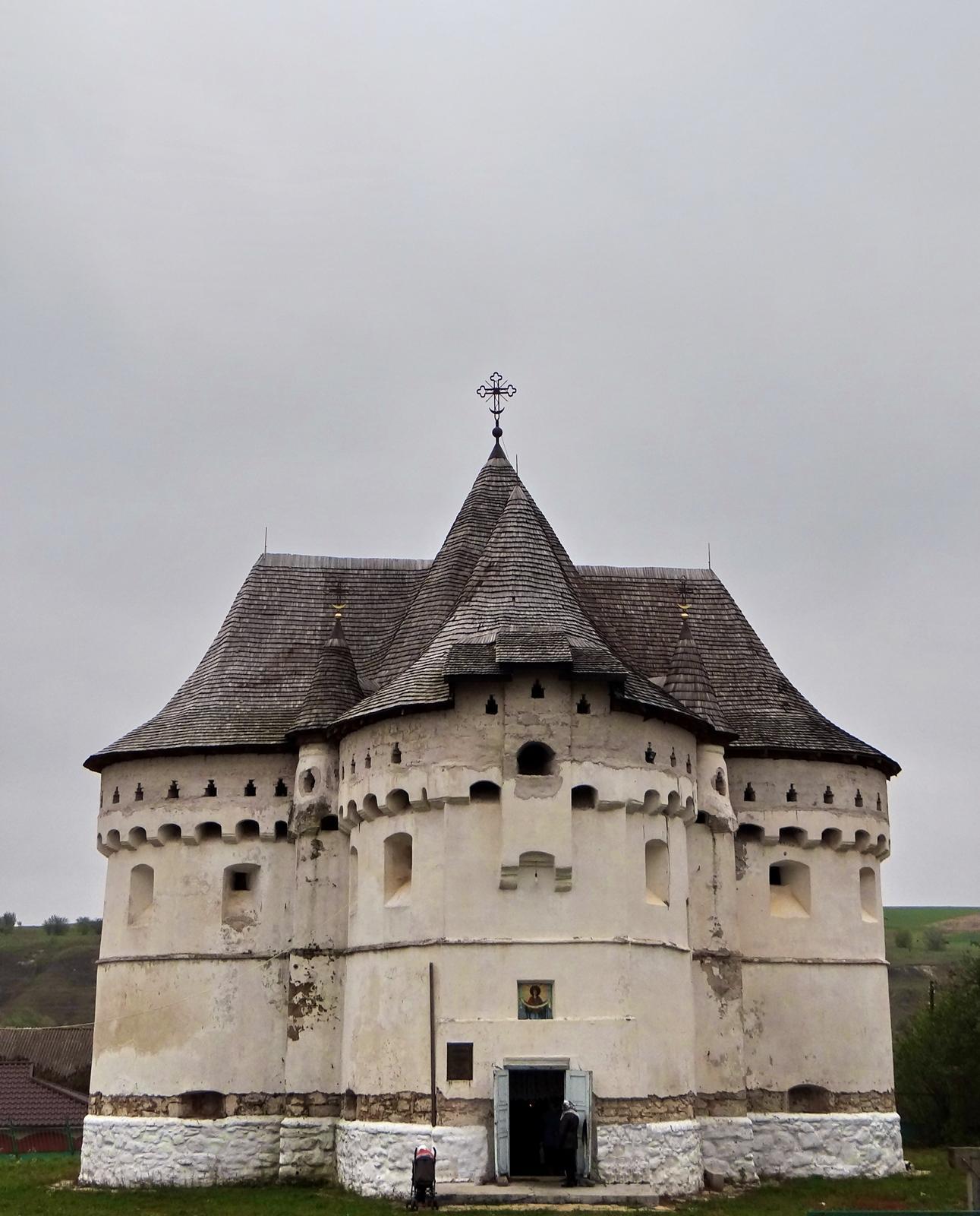 Покровська церква-фортеця в с. Сутківцях. 1476.