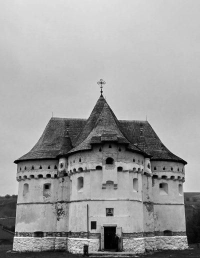 25. Покровська церква-фортеця в с. Сутківцях. 1476