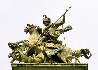 Скульптурна група святого Юрія змієборця на фасаді собору святого Юра у Львові. Скульптор І. Пінзель