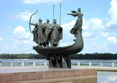 Пам'ятник засновникам Києва (Кий, Щек, Хорив і сестра їх Либідь). Скульптор В. Бородай.